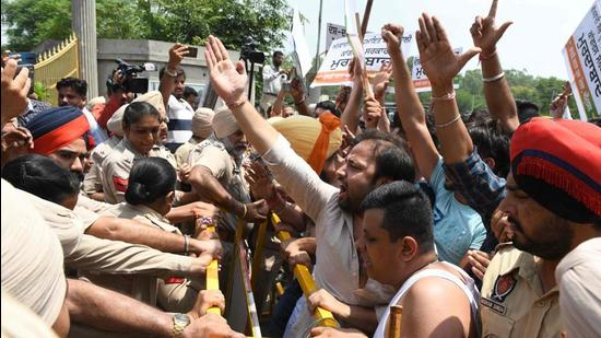 In the confrontation between the police and BJYM, the youth wing of the BJP, the protesters raised slogans against the Congress and Sidhu. (AFP photo)