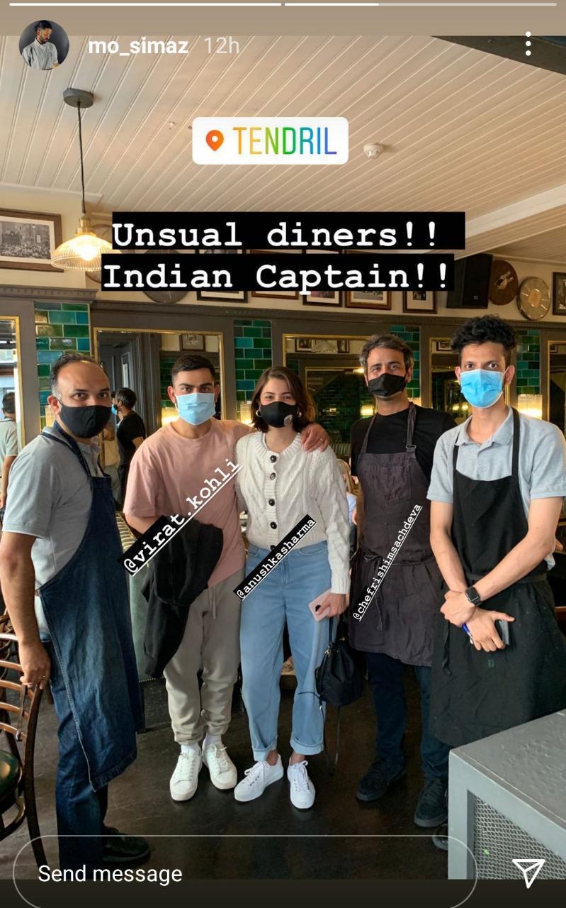 Le couple a également posé avec les autres membres du personnel du restaurant.