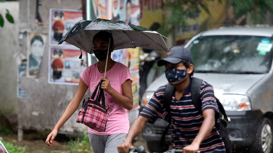 The IMD had issued an Orange alert for Saturday when moderate to heavy showers could lead to water logging and traffic snarls on key stretches.(Sanjeev Verma/HT Photo)