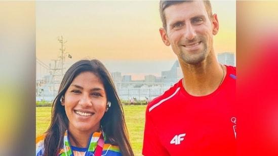 Indian fencer Bhavani Devi with Serbian tennis star Novak Djokovic(Bhavani Devi / Twitter)