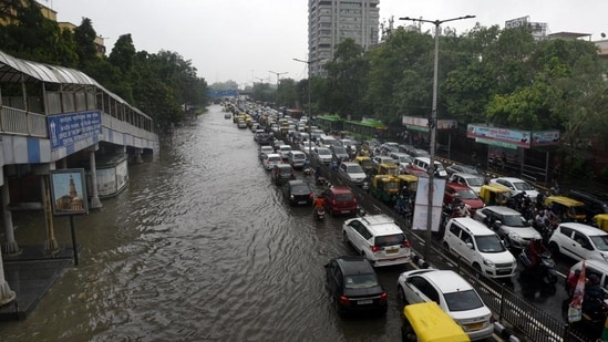 Waterlogging after heavy rain at ITO on Vikas Marg in New Delhi. (Arvind Yadav/HT PHOTO)