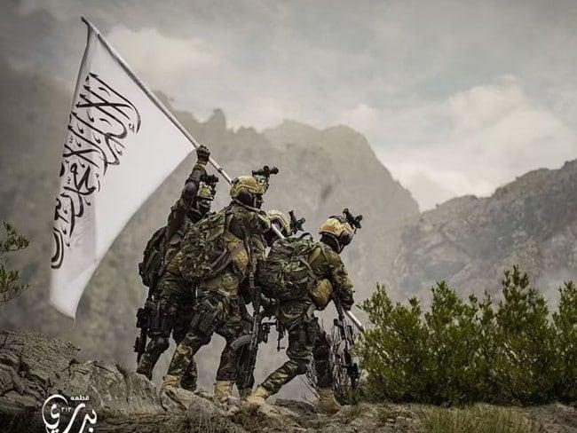 Badri 313 members of the Taliban battalion hoisting a Taliban flag.  (Photo via social networks)