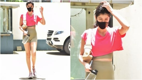 Sanjay Kapoor and Maheep Kapoor's daughter, Shanaya, was snapped in Juhu, Mumbai, enjoying a day out. She dressed down for the outing and still looked incredible in her simple outfit.(HT Photo/Varinder Chawla)