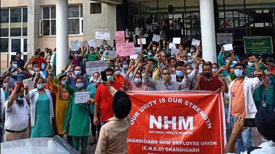 Members of the National Health Mission Union staging a protest at Government Multi Speciality Hospital, Sector 16, Chandigarh, on Tuesday. (Keshav Singh/HT)