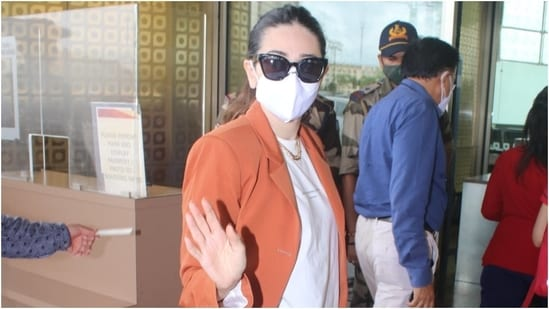 Karisma Kapoor was snapped at the Mumbai airport today. Her cool OOTD will inspire you to add oversized ensembles in your wardrobe to serve chic jet-set looks.(HT Photo/Varinder Chawla)