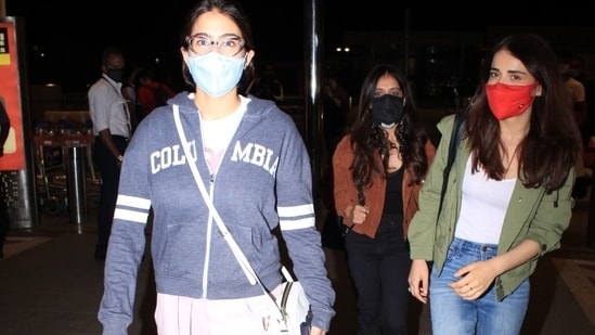 Sara Ali Khan and Radhika Madan were snapped at the airport today in Mumbai. For their flight out of the bay, the Bollywood divas chose comfort over style. Take cues from the two actors if you are looking for inspiration to ramp up your airport look.(HT Photo/Varinder Chawla)
