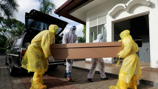 Workers carry a Covid-19 victim's body in a cardboard coffin for cremation at a cemetery, amid the coronavirus disease (Covid-19) pandemic, on the outskirts of Colombo, Sri Lanka(REUTERS/Dinuka Liyanawatte)