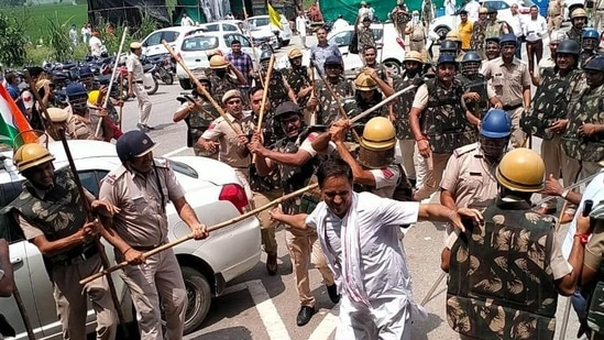 Police cane-charge farmers at Karnal's Bastara toll plaza during a protest against the new agri laws on Saturday. (Manoj Dhaka/HT)