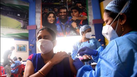 Healthcare worker inoculates a beneficiary at Shahaji Raje Sports Complex, Andheri (West). (HT PHOTO)