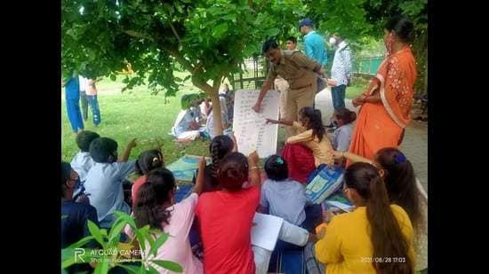 Prayagraj police teaching slum kids. (HTPhoto)
