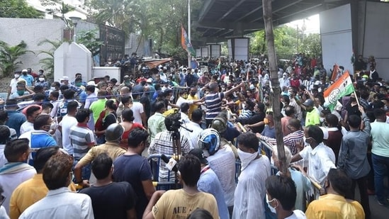 TMC workers gather outside the CBI office at Nizam Palace in protest against the arrest of party ministers and MLAs in connection with the Narada sting case, in Kolkata.(PTI file photo)