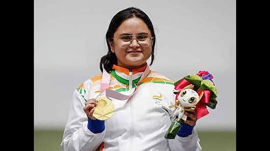 Avani Lekhara poses for photographs while standing on the podium after receiving the gold medal in women's 10m air rifle standing SH1 event at the Tokyo Paralympics. (Photo : PTI)