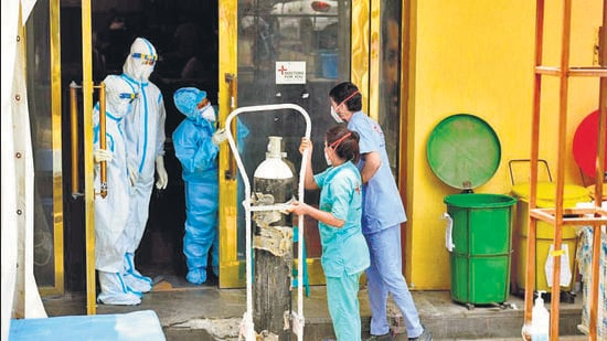 An oxygen cylinder being moved to a temporary Covid-19 care centre attached to LNJP Hospital, at Shehnai Banquet Hall, in New Delhi. (HT photo)