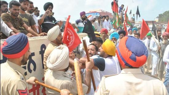 Police and farmers in Moga; farmers wanted to march to a venue where Sukhbir Singh Badal was present. (HT Photo)
