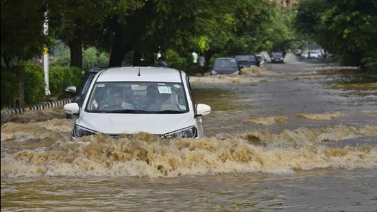 Vehicles wade through a waterlogged stretch near Sector 22, Dwarka, on September 1. IMD has predicted another intense rain spell over Delhi and adjoining areas between September 6 and 10. (Vipin Kumar/HT PHOTO)