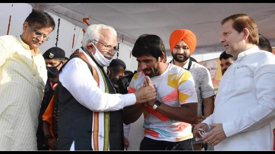 Haryana chief minister Manohar Lal Khattar honouring Tokyo Olympics 2020 bronze medallist wrestler Bajrang Punia at the latter's Khudan village in Haryana on Sunday. MP Arvind Sharma and BJP state president OP Dhankhar and state sports minister Sandeep Singh are also seen in the picture. (HT PHOTO)
