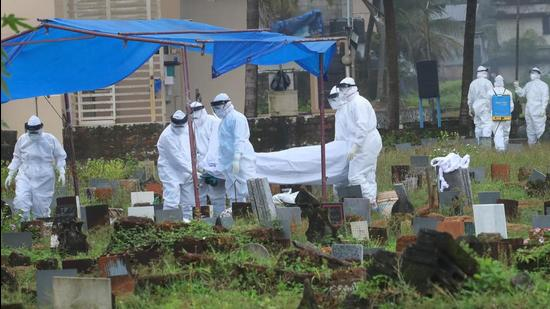 Health workers bury the body of a 12-year-old Nipah virus victim at Kannamparambu cemetery in Kozhikode on Sunday. (PTI PHOTO.)
