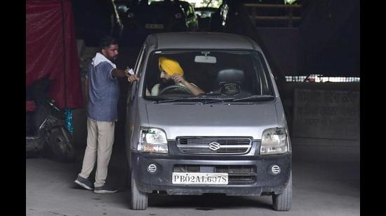 Residents complain that the parking staff issue manual slips instead of e-tickets which reflect the prescribed fee of <span class='webrupee'>₹</span>20 for cars and <span class='webrupee'>₹</span>10 for two-wheelers. (Harsimran Singh Batra/HT)