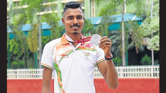 Tokyo Paralympics silver medallist Nishad Kumar during a felicitation ceremony at his alma mater, DAV College, in Chandigarh's Sector 10 on Sunday. (Keshav Singh/Hindustan Times)