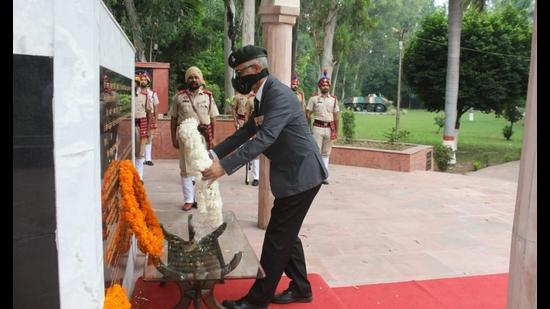 State information commissioner Lt Gen AK Sharma (retd) paying floral tributes to martyrs of 2 Sikh Regiment on Battle Honour Day at Maharaja Ranjit Singh War Museum in Ludhiana on Monday. (Harsimar Pal Singh/HT)