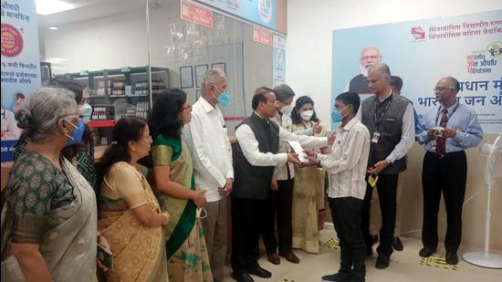 State health minister Rajesh Tope (sixth from left) felicitated beneficiaries during the inauguration of Bhartiya Jan Aushadhi Pariyojana Kendra at Symbiosis University Hospital and Research Centre (SUHRC), on Monday. The minister said ADB fund will be used to set up hospitals, sub-district hospitals and other health infrastructure projects. (HT)
