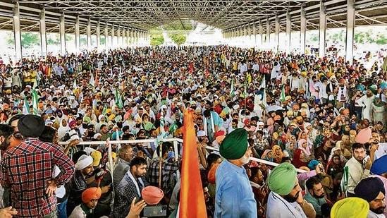 Farmers at the Kisan Mahapanchayat in Karnal on Tuesday.(PTI)