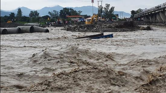 The strong current of the Jakhan river washed away the temporary bridge on Dehradun-Rishikesh route. (HT Photo)