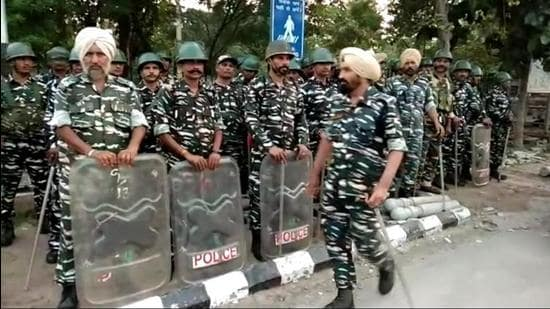 Paramilitary jawans gathered in Karnal over the past 24 hours, and the administration deployed officials of different departments to monitor the barricading of Karnal grain market where the farmers are scheduled to hold a meeting at 10am. (HT Photo)