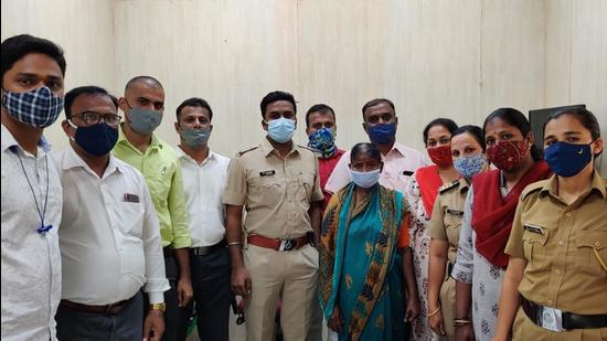 Kurla GRP arrested Jadhav and recovered gold jewellery worth <span class='webrupee'>₹</span>2.02 lakh from her possession. (Sourced Photo)