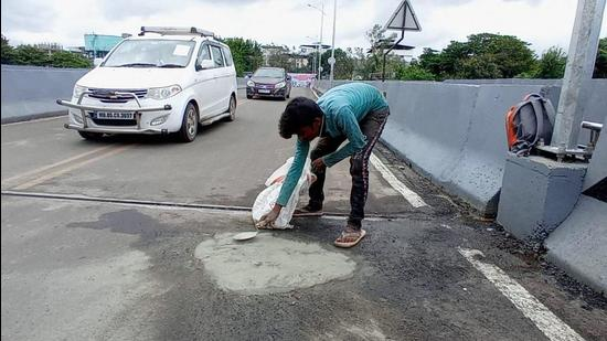The Kalyan-Dombivli municipal corporation was attending to the pothole on the railway bridge that caused it embarrassment on social media (Rishikesh Choudhary/HT Photo)