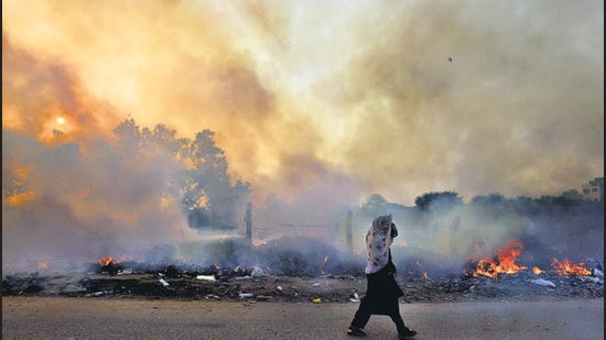 Garbage burning and road dust are one of the major air pollutants in Delhi (Sanchit Khanna/HT photo)