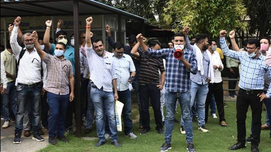 MCG officials and workers held a demonstration on Thursday at the MCG's Sector 34 office, calling for the suspended engineer to be reinstated and threatening an indefinite strike. (Vipin Kumar/HT PHOTO)