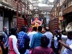 Devotees take home a Ganpati idol for Ganesh Chaturthi in Mumbai.(Anshuman Poyrekar/HT Photo)