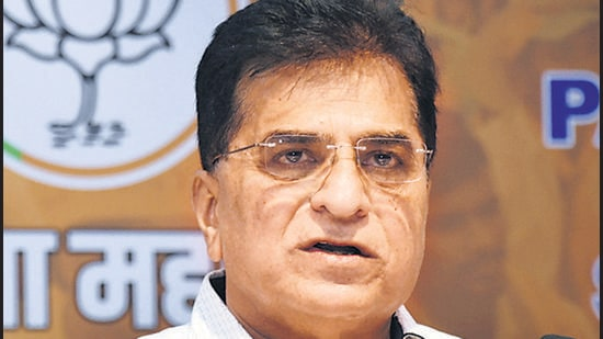 BJP leader Kirit Somaiya told reporters in Pune on Thursday that he would reveal a scam involving a cabinet minister along with documentary evidence. (HT)