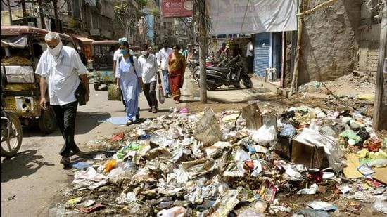 Garbage pilled up on the roadside, in Patna on Saturday. (Santosh Kumar/HT Photo)