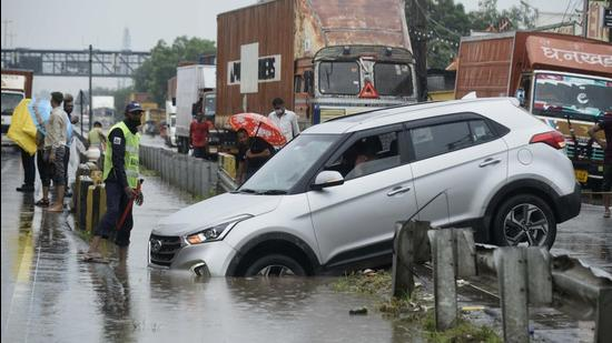 Traffic movement was affected at a few points of NH-48 between Dhaula Kuan and Gurugram, near Galleria Market, Khandsa, New Colony Road in Sector 7 and parts of Sector 52 due to the rainfall. (Parveen Kumar/HT Photo)