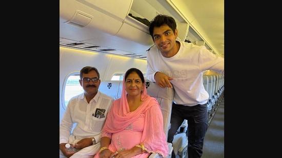 The image shows Neeraj Chopra with his parents.(Twitter/@Neeraj_chopra1)