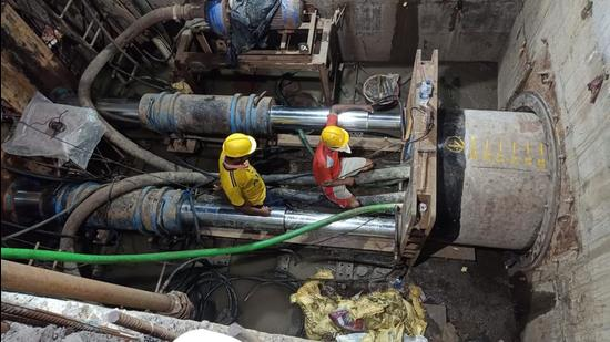 Central Railway (CR) laid 1,000-mm diameter reinforced concrete (RCC) pipes across the tracks at Masjid bunder station in Mumbai. (HT)