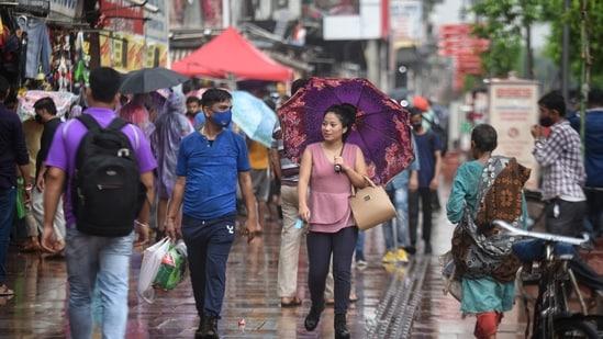 Commuters roam around Delhi's Chandni Chowk without masks on August 08. (Sanchit Khanna/Hindustan Times)