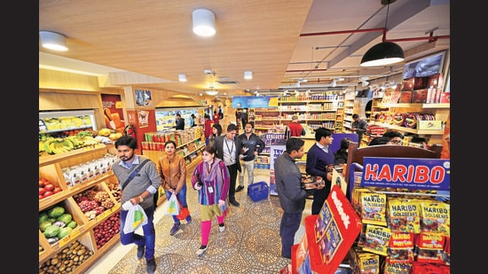 The food industry wants the label to be a guideline informing the consumer about the quantity of salt, sugar, sodium and fats in the packet without giving a health warning. (Pradeep Gaur/ Mint)