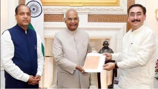 Himachal Pradesh chief minister Jai Ram Thakur (left) and assembly Speaker Vipin Singh Parmar inviting President Ram Nath Kovind (centre) to address at the Himachal Pradesh assembly as a part of the state's golden jubilee celebrations, in New Delhi on September 9. (ANI Photo)