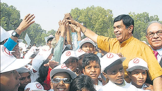 Former labour minister Oscar Fernandes during a campaign against child labour at India Gate in New Delhi. (HT file photo)