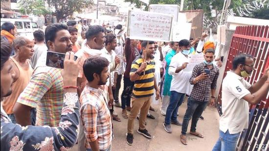 Local residents protested outside the Piro police station in Bihar's Bhojpur district in the case of custodial death of a woman. (HT Photo)