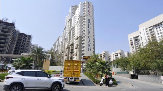 A view of the Lotus Boulevard complex, Noida. The society has terminated its contract with the CISS Bureau agency and is looking for a replacement, while the Noida police have recommended the agency's licence be revoked (HT Archive)