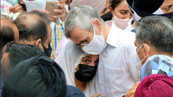 Former Jammu and Kashmir chief minister Omar Abdullah consoles the family members of senior Jammu and Kashmir National Conference (NC) leader Tarlochan Singh Wazir in Jammu. Wazir was found murdered in a West Delhi flat. (ANI)