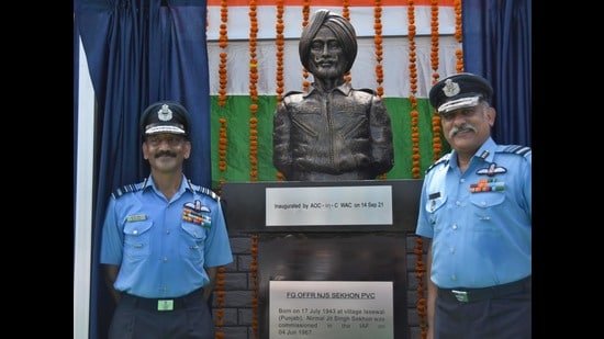 Air Marshal BR Krishna (left), Air Officer Commanding-in-Chief, Western Air Command, unveiled the bust of late Flying Officer Nirmaljit Singh Sekhon, the only IAF officer till date to be honoured with Param Vir Chakra, nation's highest gallantry award. (HT Photo)
