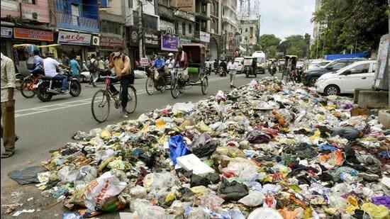 Garbage piled up near PMCH on Ashok Raj Path. (HT FIle)