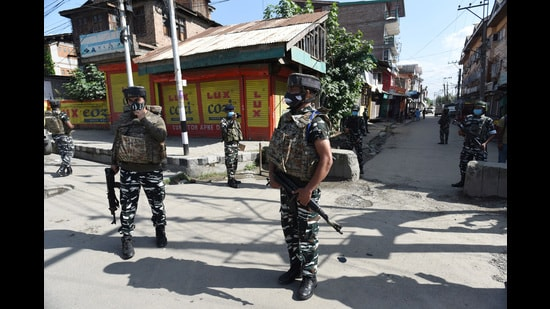Paramilitary soldiers stand guard at the site of a militant attack in Khanyar area of Srinagar, Jammu and Kashmir (Waseem Andrabi/HT)