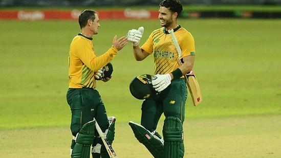 Quinton de Kock (L) and Reeza Hendricks celebrate South Africa's win.(Getty)