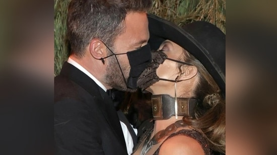 Jennifer Lopez and Ben Affleck shared a kiss at the Met Gala 2021 but not without their masks.(Instagram/jlo.outfits)